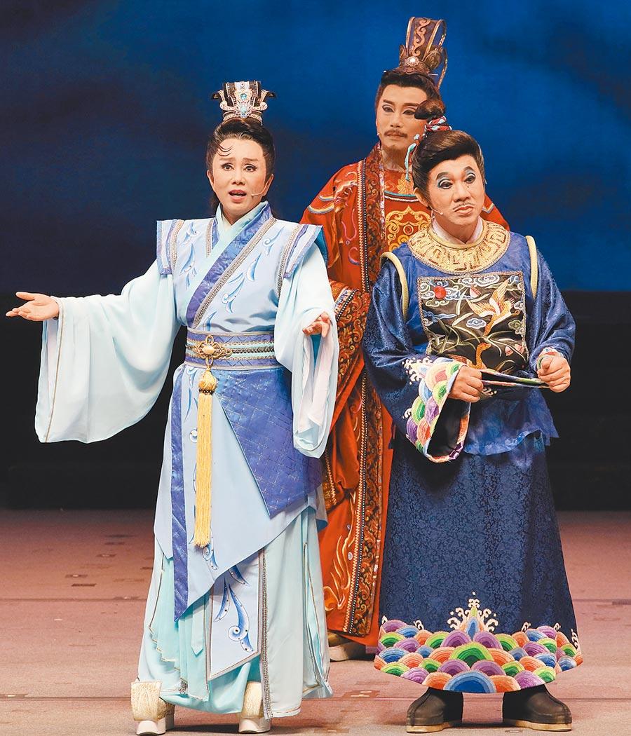 明華園總團新作《皇上有喜》,孫翠鳳(左)將小生形象放一旁,在劇中飾演憨厚太子,和當家丑角陳勝在(右)對戲。(明華園總團提供)