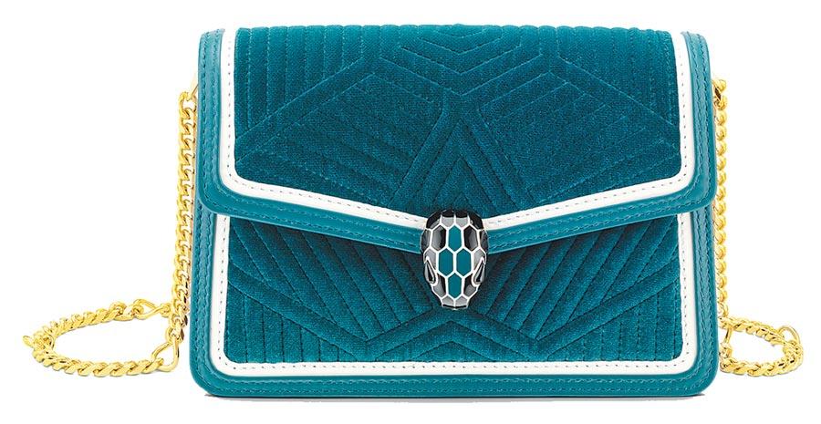 BVLGARI  SERPENTI DIAMOND BLAST深色翠玉色迷你小牛皮肩背包,5萬8500元。(BVLGARI提供)