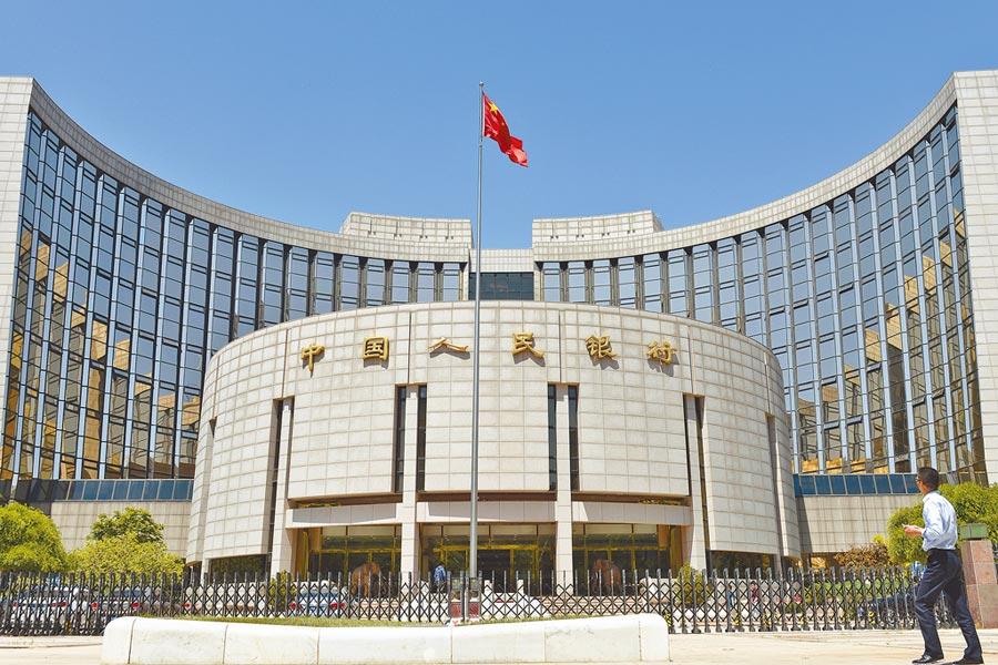 5月13日,北京市民從中國人民銀行前經過。(中新社)