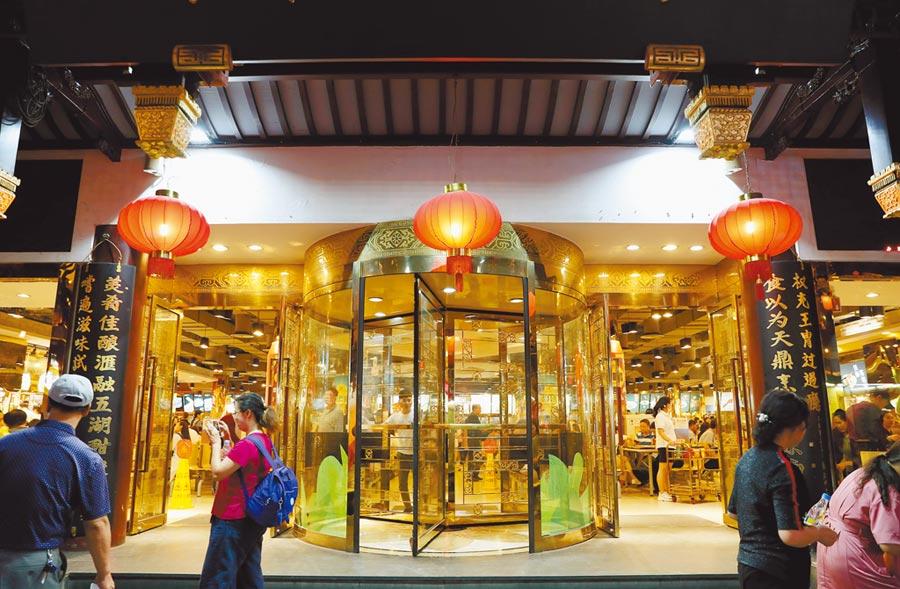 大陸經濟基本面影響降息時間。圖為上海豫園小吃廣場4日人來人往。(新華社)