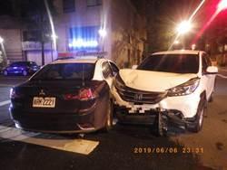 路口閃燈未減速 自小客車、警車相撞