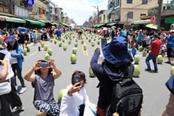 佳冬封3條街 創千人立600顆西瓜經典畫面