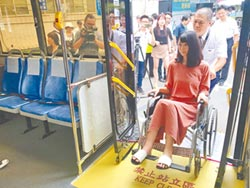 竹市造福長者、輪椅族 藍線增5低地板公車