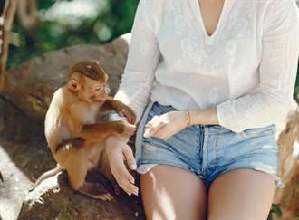 正妹跟色猴合照 下一秒慘被扒衣