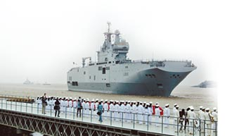 陸首艘2萬噸級兩棲攻擊艦 露臉