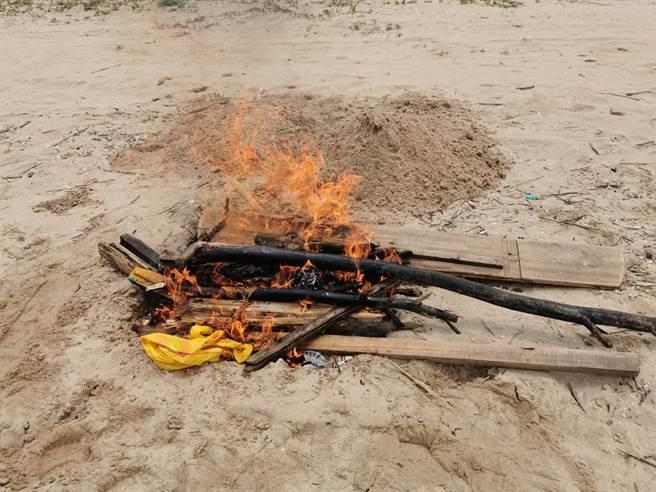 漂流死豬在執行檢體採樣及消毒作業後,就地焚燒掩埋。(縣府提供)