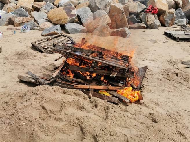 漂流死豬在執行檢體採樣及消毒作業後,就地焚燒掩埋之一。(縣府提供)