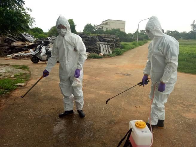 金門縣防疫所除針對現場人員、車輛及器械進行消毒作業。(縣府提供)