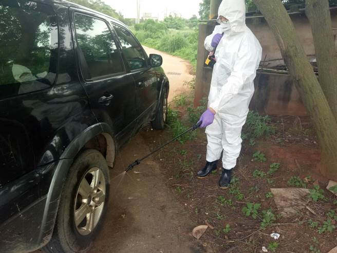 金門縣防疫所除針對現場人員、車輛及器械進行消毒作業之一。(縣府提供)
