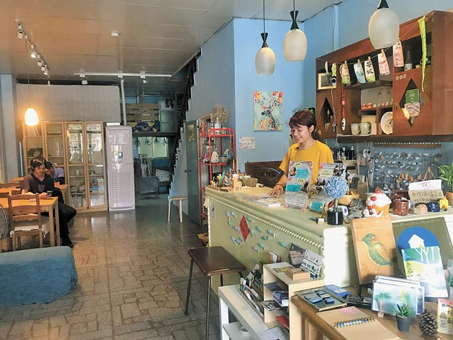 魚旅一樓的小吧檯讓旅人可以在此交流分享旅行經驗。(陳俊雄攝)
