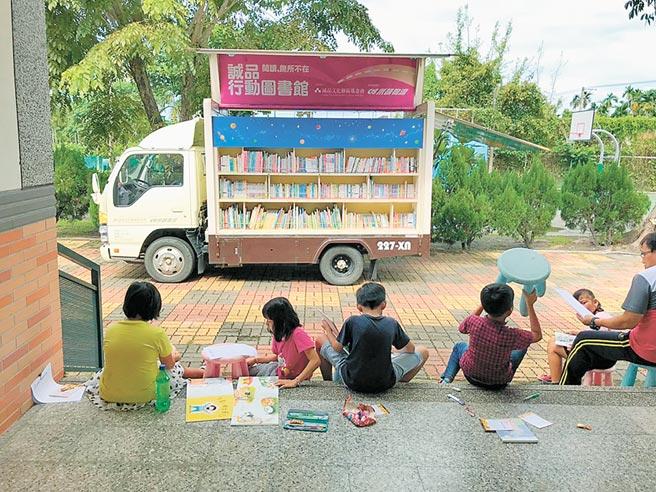 誠品行動書店日前開進大成國小,將進駐2周薰陶學童。(謝佳潾攝)