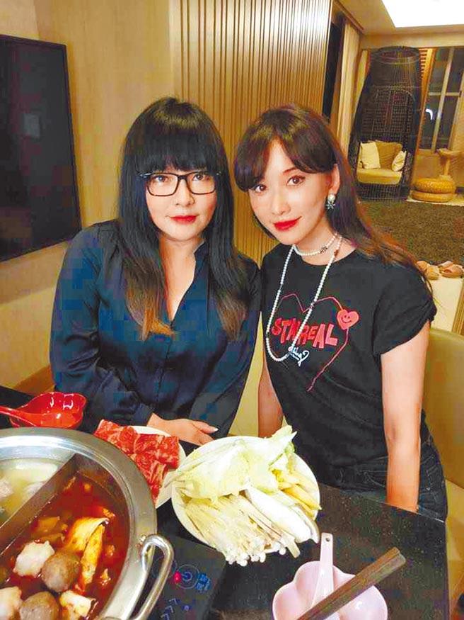 林志玲(右)去年上唐綺陽的直播節目,被國師斷言有好消息果然成真。(取材自臉書)