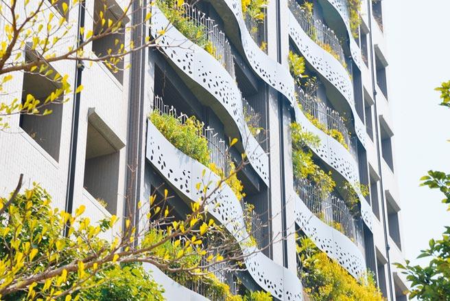 龍寶建設「愉悅臻邸」個案,榮獲國內外大獎肯定,建築外觀綠覆率高,美不勝收。圖/黃繡鳳