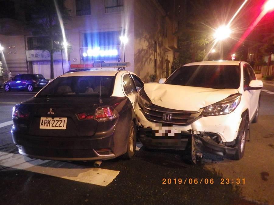 自小客車與警車相撞。(甘嘉雯翻攝)