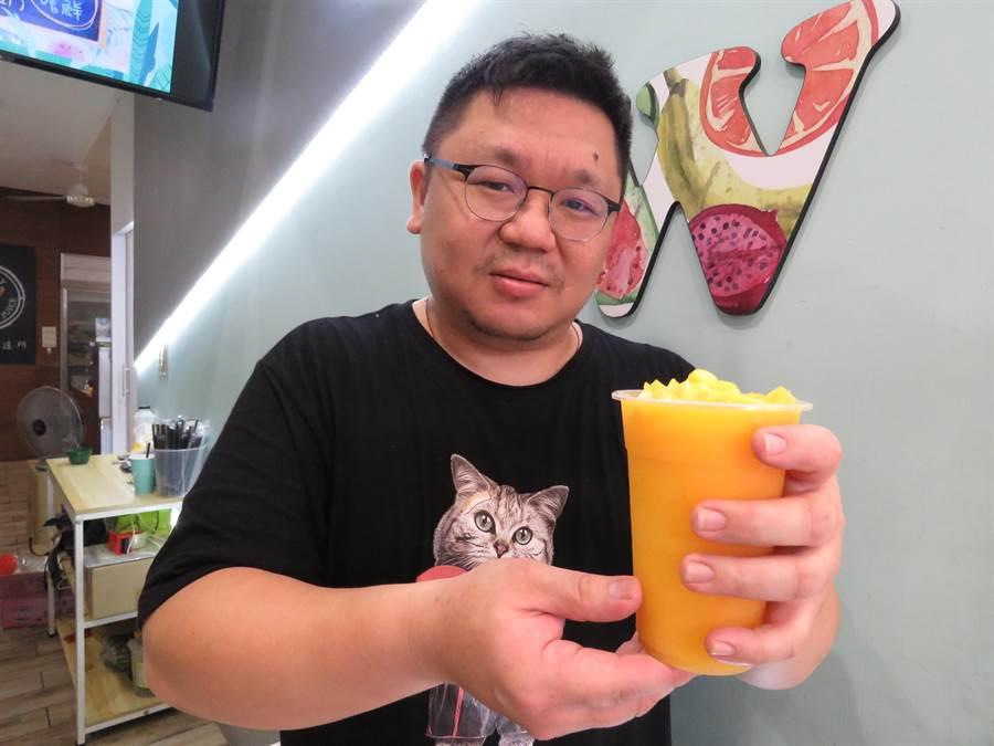 吳老闆1年多前與妻子在新北市板橋區創立「W鮮果飲製造所」,其中芒果沙冰為熱銷商品。(葉書宏攝)