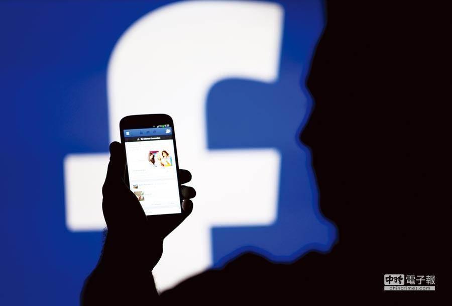 外媒報導,臉書暫停在華為手機上預安裝臉書的應用程式。臉書表示,現有的華為手機仍能使用臉書的應用程式及獲得更新。(圖/路透)