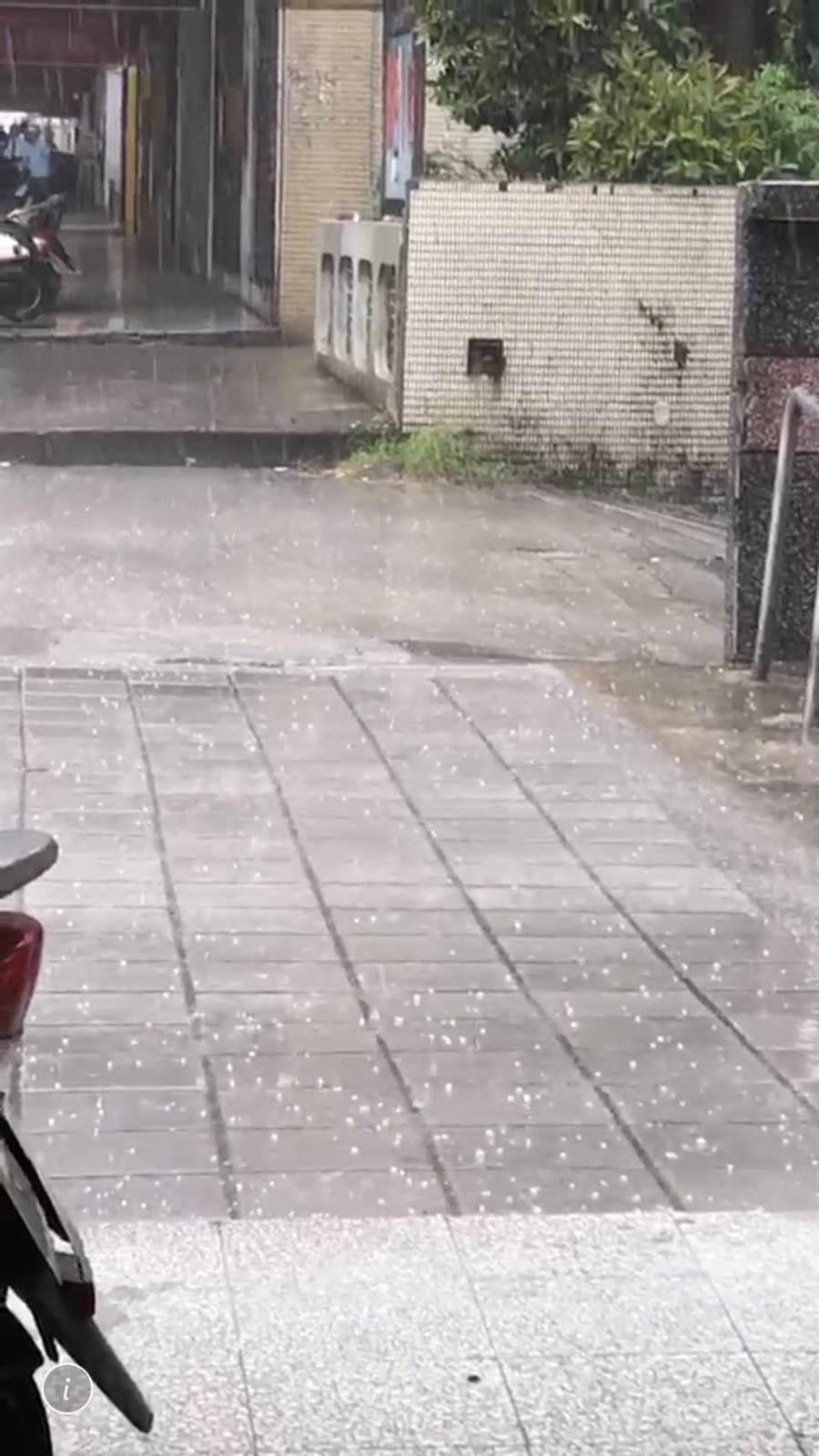 基隆市安樂區安樂路二段下起冰雹。(張穎齊攝)