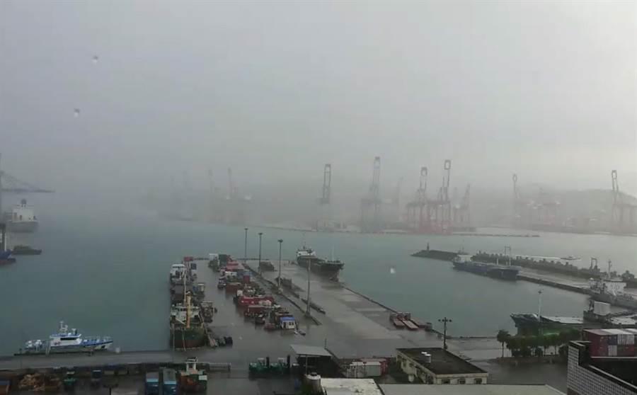 基隆市目前下起傾盆大雨。(張穎齊攝)