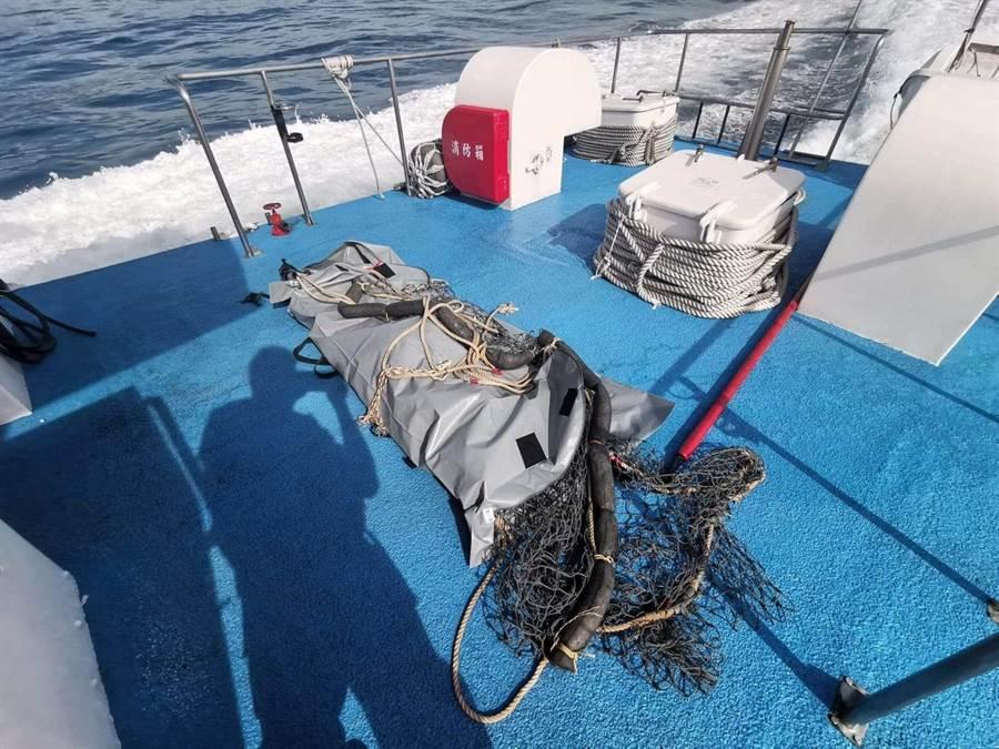 海巡隊今(7)日上午在新北市貢寮區龍洞外海約1浬處,發現有1具浮屍,於是立刻打撈上岸。(張穎齊翻攝)
