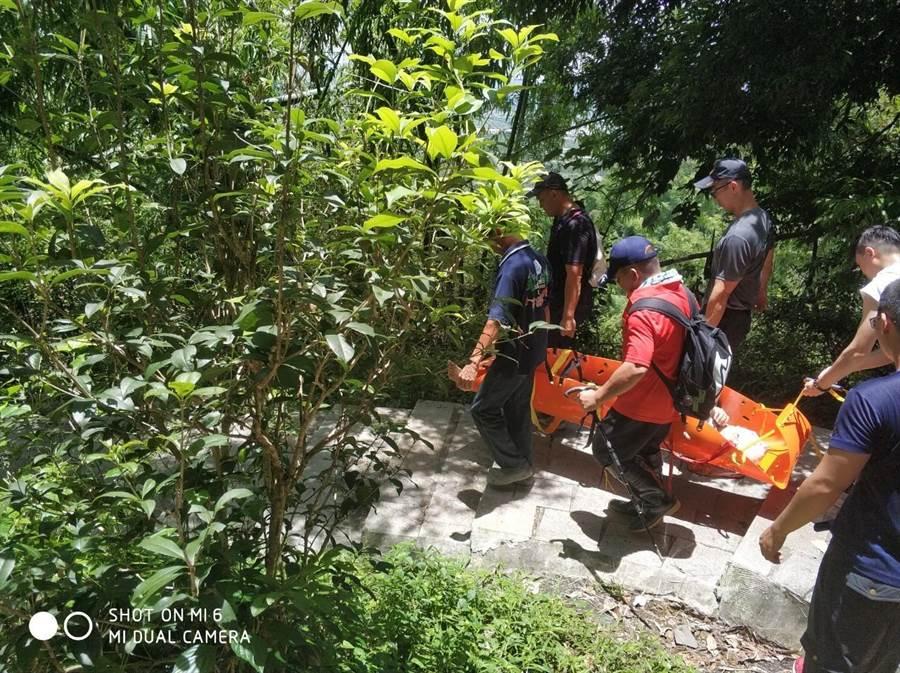 高树大津瀑布落石砸伤游客,头破送医幸无大碍。