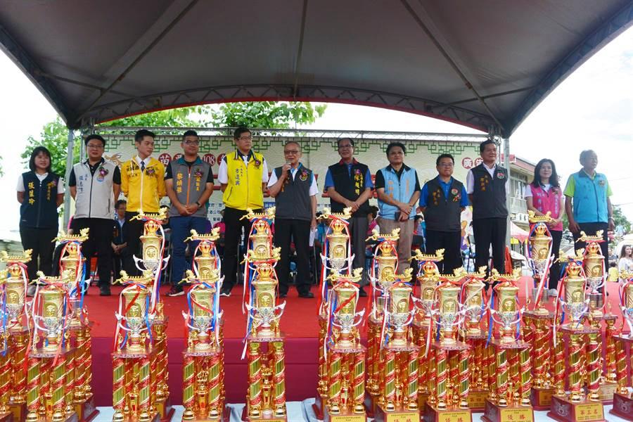 苗栗縣端午節龍舟錦標賽7日在竹南鎮中港溪畔熱鬧登場。(巫靜婷攝)