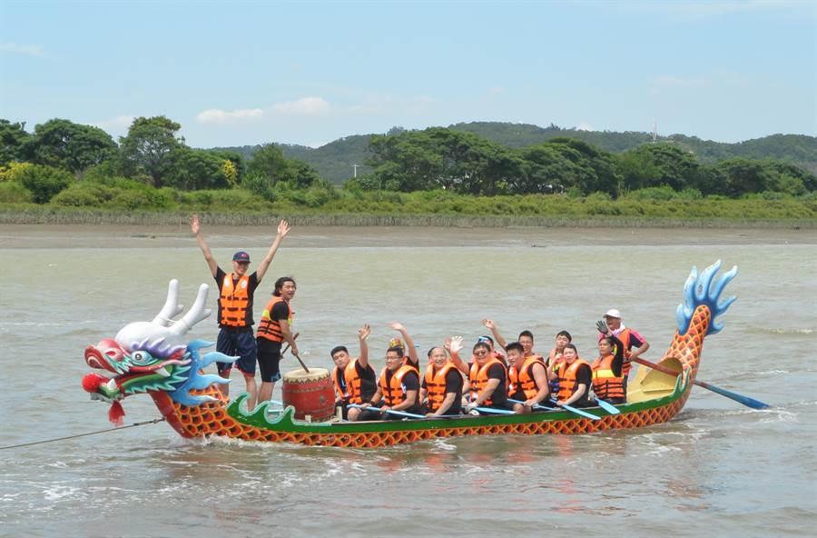 龍舟賽參賽隊伍成功晉級,選手高舉雙手歡呼。(巫靜婷攝)
