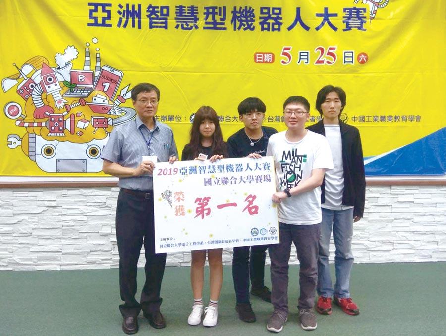 龍華科大資網系學生團隊,勇奪「自走車極速挑戰賽」大專C組第一名。圖/龍華科大提供