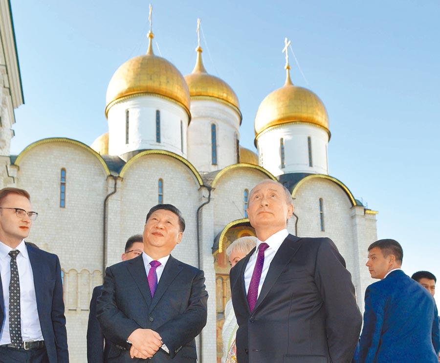 大陸國家主席習近平(左二)和俄羅斯總統普丁在莫斯科簽署兩項聯合聲明。圖為兩人參觀克里姆林宮。(美聯社)