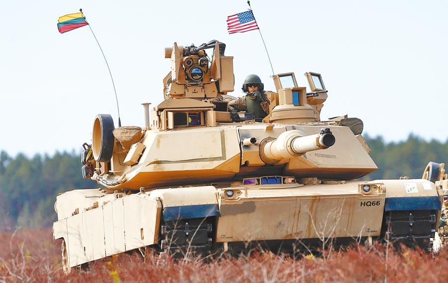 軍方官員昨證實,我方將向美採購108輛M1A2戰車,預訂於2024年全數交車。圖為2015年,美軍在立陶宛舉行軍事演習,出動M1A2戰車。(美聯社)