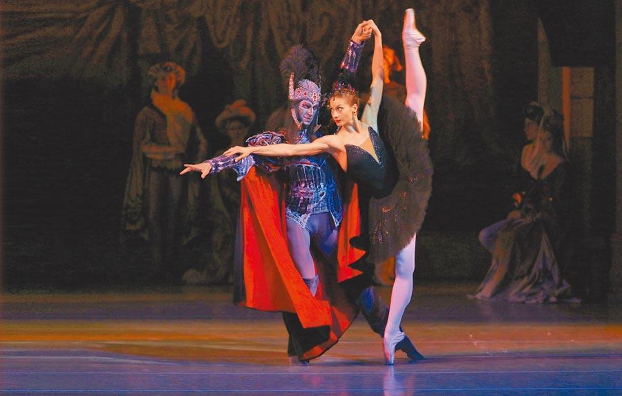 馬林斯基芭蕾舞團招牌舞劇之一《天鵝湖》,飾演黑天鵝的舞者能穩健地踮腳站立,是來自台下的刻苦練習。(牛耳藝術提供)