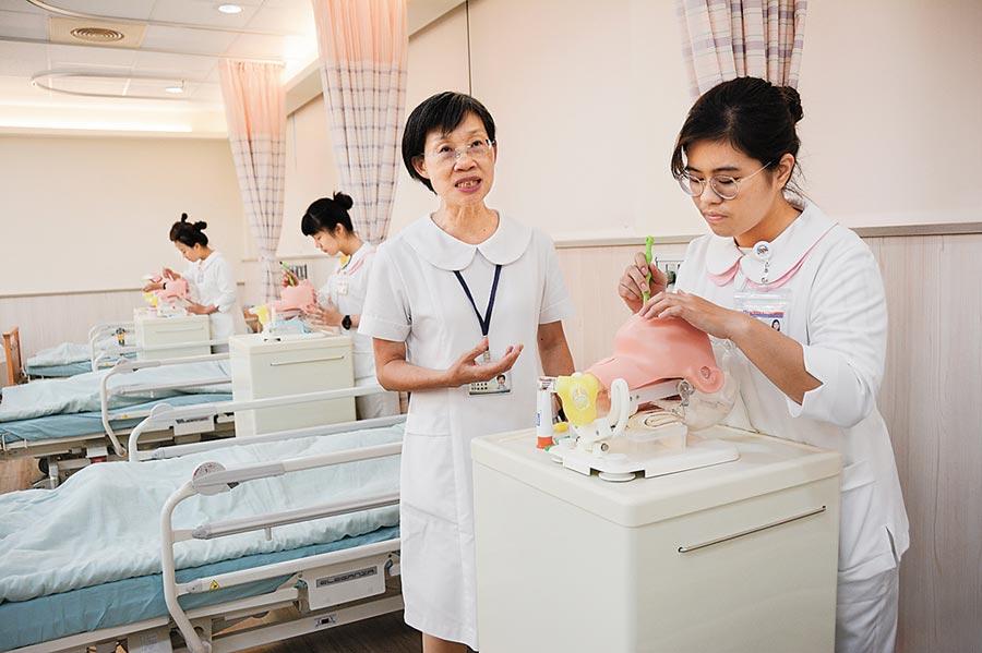 輔英科大學生在高照中心教室內學習替臥病在床的老人家清潔口腔衛生。(曹明正攝)