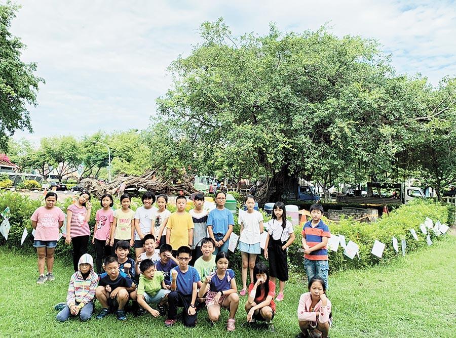 民和國小學生寫下對榕樹爺爺的思念,並與它留下最後的合影。(林和生翻攝)