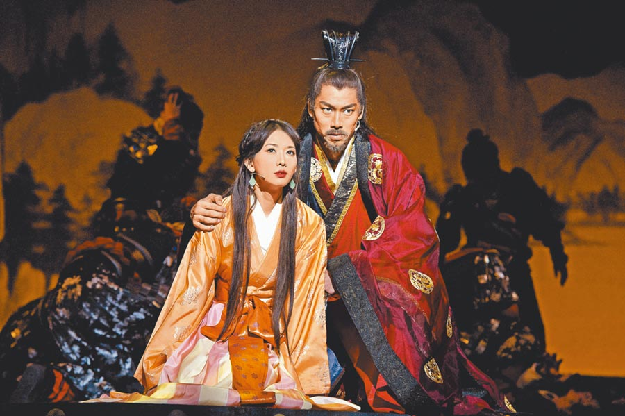 林志玲和AKIRA在舞台剧《赤壁~爱~》饰演小乔和周瑜。