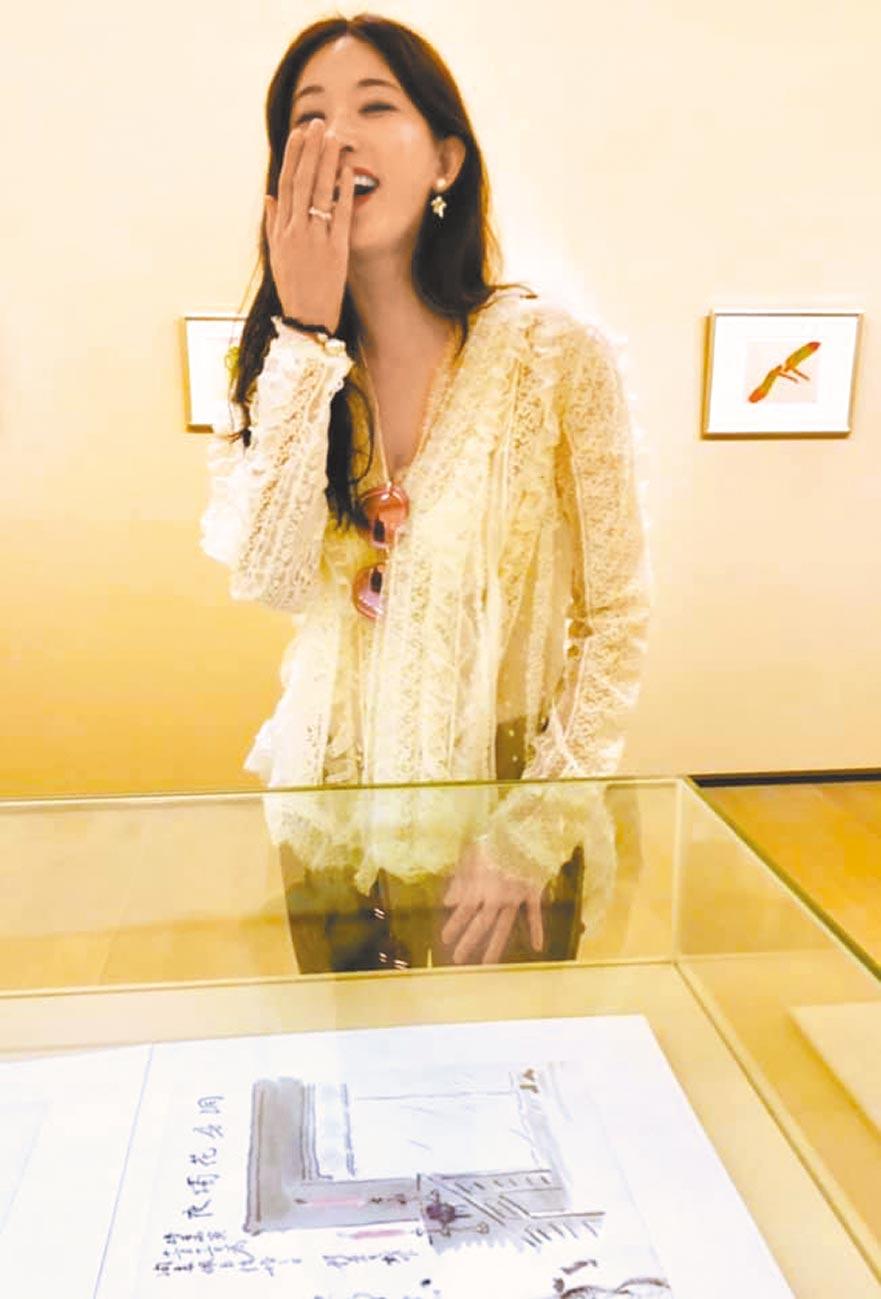 蔡康永贴出新科人妻林志玲的大笑照。