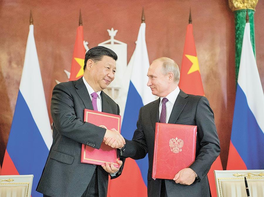 6月5日,大陸國家主席習近平(左)在莫斯科克里姆林宮同俄羅斯總統普丁會談。會談後,共同簽署發展全面戰略協作夥伴關係等聲明,並見證多項雙邊合作文件的簽署。(新華社)