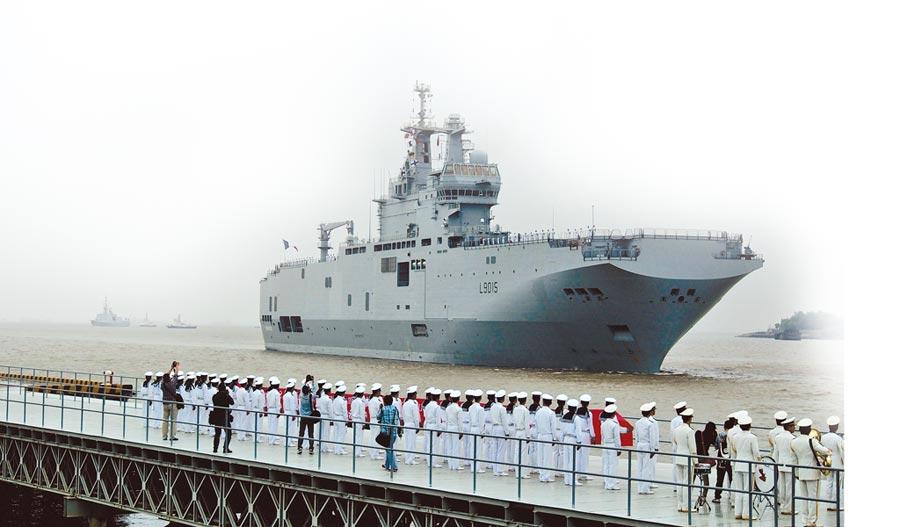 2015年5月9日,法國海軍第3艘「西北風」級艦艇的「迪克斯莫德」號,駛抵上海吳淞軍港。(新華社)
