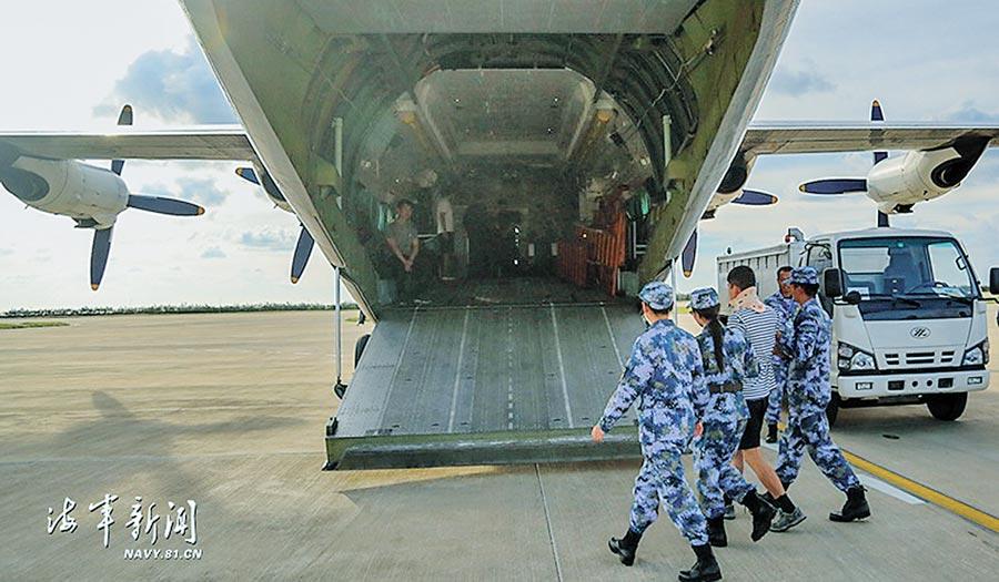解放軍將突發疾病的華陽礁戰士徐迎港送至機場。(取自解放軍海軍新聞網)