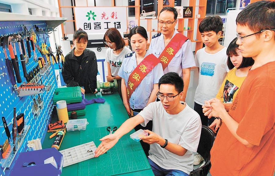大陸稅務志工走進福州大學,幫助學生解決創業難題。(新華社)