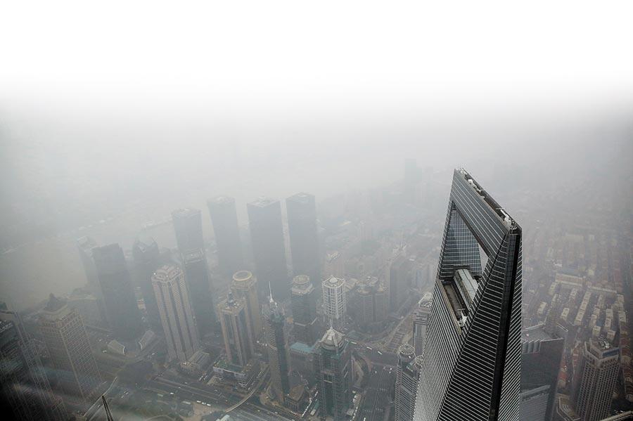 上海遭遇霧霾,高樓建築在霧霾中若隱若現。(中新社資料照片)