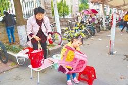 毛坦廠的小身影 3歲女童已陪讀3年