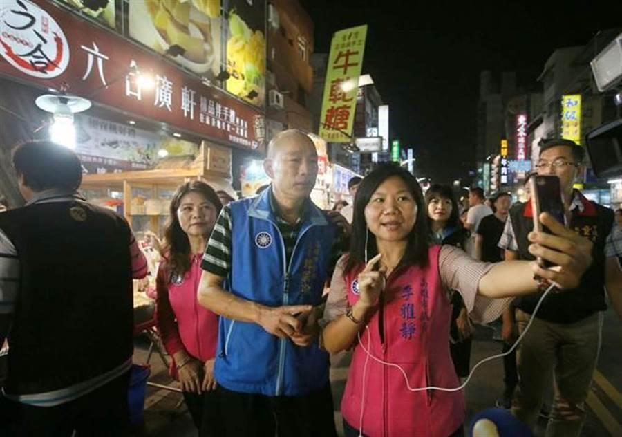 時任國民黨高雄市黨補主委的韓國瑜(中)曾率李雅靜(前排右)、陳玫娟(左二)等10位國民黨市議員前往六合夜市拜訪攤商,探詢生意情況,李雅靜還以手機現場直播。(圖/本報資料照)