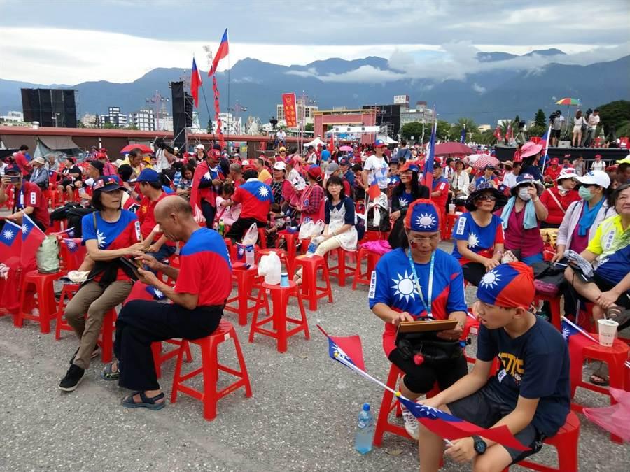 「決戰2020-贏回台灣」韓國瑜前進東台灣造勢活動,一大早就引來大批韓粉前往搶佔位子。(范振和攝)