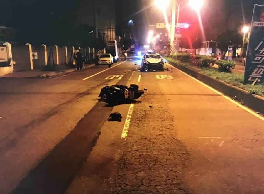 酒駕男闖紅燈撞上機車造成無辜夫妻1死1重傷。(呂筱蟬翻攝)