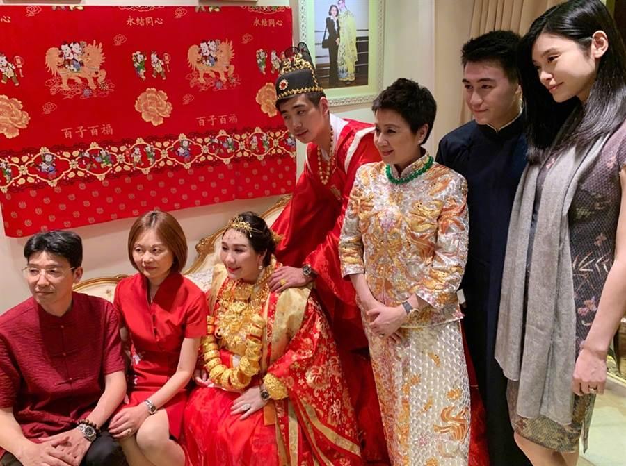 奚夢瑤(右1)昨參加何超盈婚禮。(圖/翻攝自Ming奚夢瑤微博)