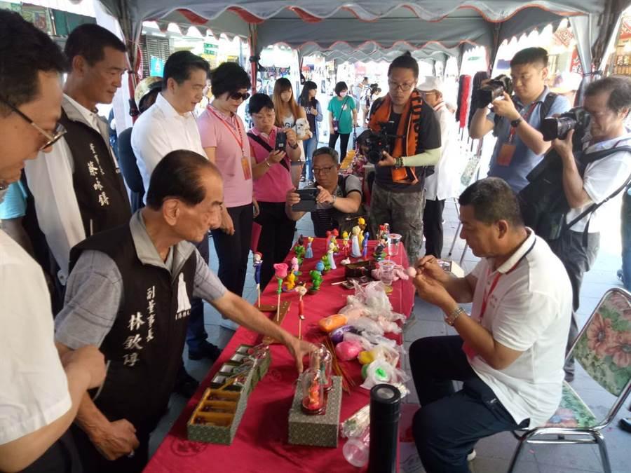 朝天宮董事長蔡咏鍀率領董監事一行,親自了解中華傳統工藝文化的深奧與博大精深。