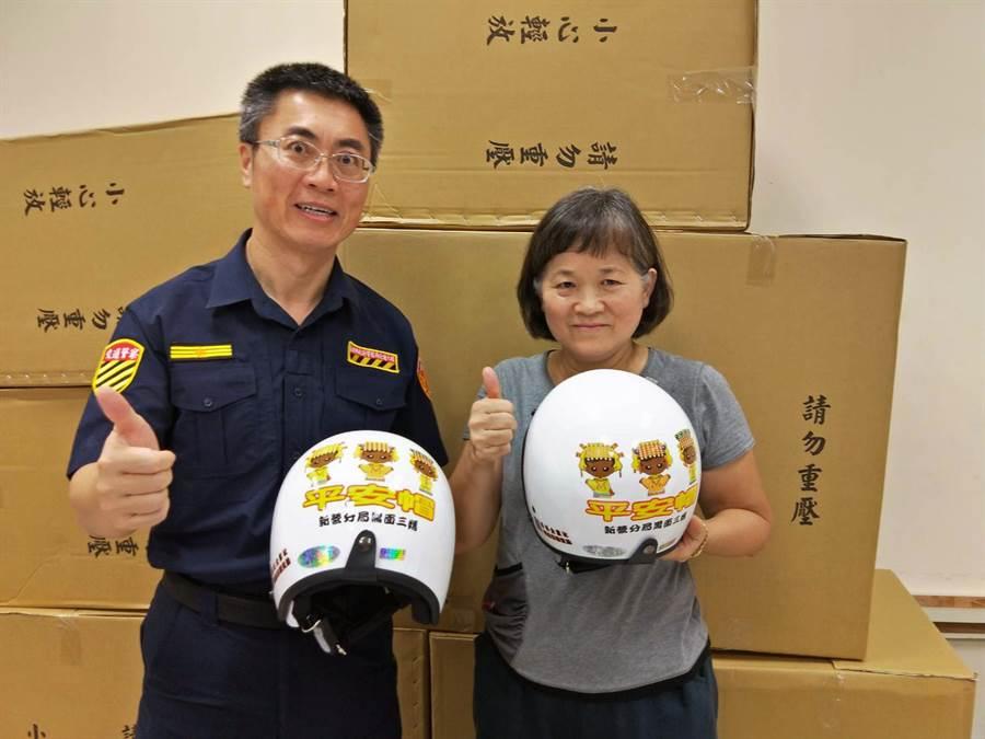 已退休的台南地檢署書記官潘敏捷(右)響應台南市警局交通大隊長翁誌宏(左)的號召捐助平安帽。(洪榮志翻攝)