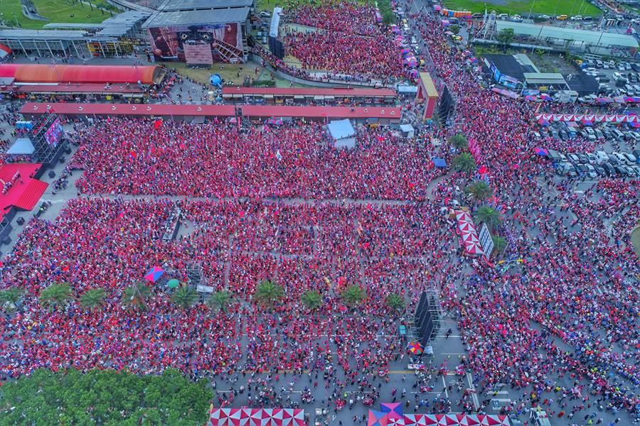 主辦單位在下午4點20分宣布現場已達10萬人 (圖/呂承哲攝)