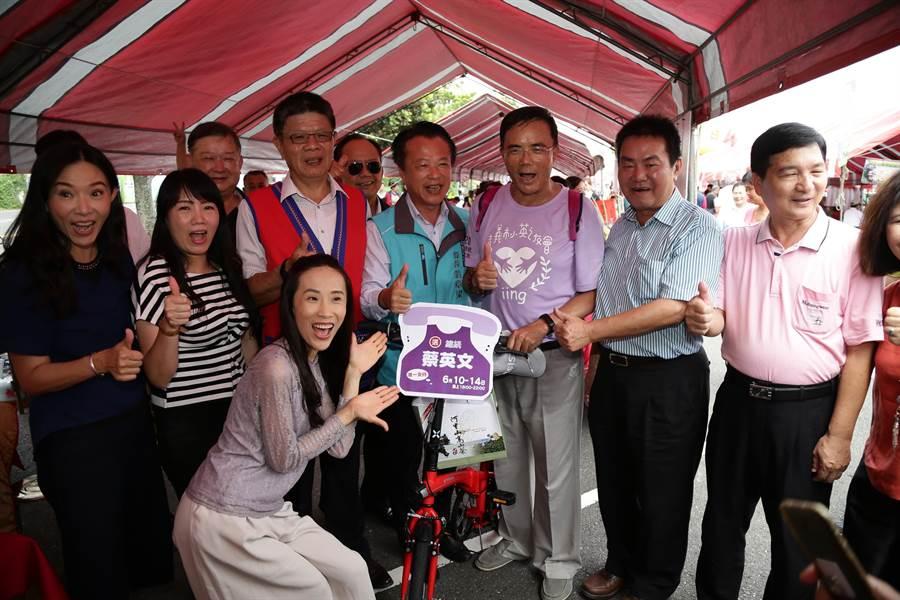 務部次長蔡碧仲(右3)昨日參加青年挺小英活動,騎腳踏車環繞嘉義市,隨後到嘉義公園參加阿里山春茶賽頒獎典禮。(張亦惠攝)
