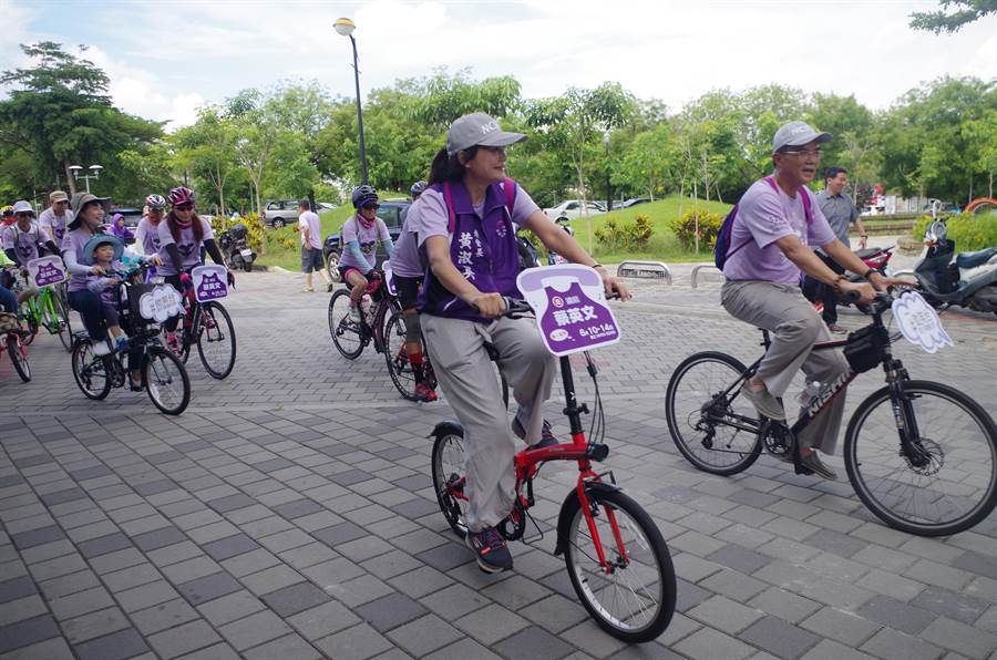 法務部次長蔡碧仲(右)昨日參加青年挺小英活動,騎腳踏車環繞嘉義市,左為嘉義市小英之友會總會長黃淑英。(張亦惠翻攝)