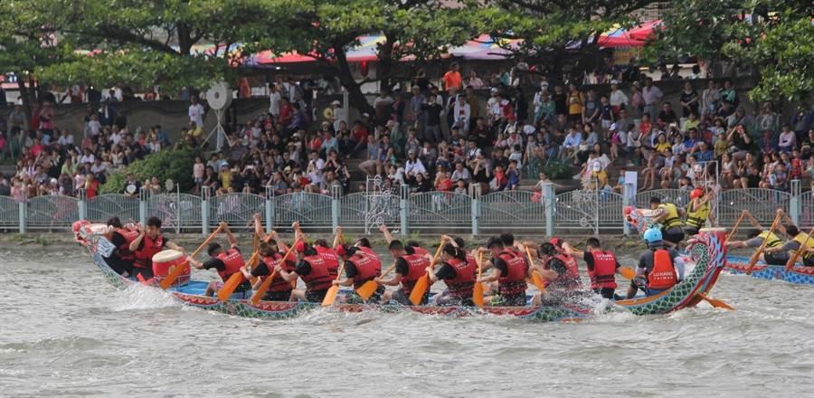 哨聲一響,明道大學代表隊選手團結努力划動船槳奔向終點。(謝瓊雲翻攝)